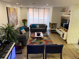 Una sala de estar llena de muebles y una televisión de pantalla plana en Apartamento en venta Ubicado en San Patricio