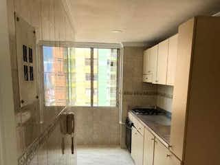 Una cocina que tiene un fregadero en ella en SE VENDE APARTAMENTO EN MEDELLIN BOMBONA