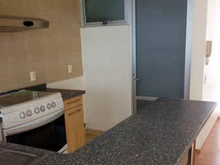 Un dormitorio con una cama y un escritorio en él en Departamento en venta de 90 mts en Tlacoquemecatl con 2 habitaciones