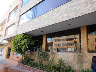 Una vista de un edificio con un edificio en el fondo en Edificio