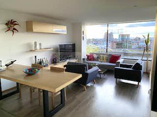 Una sala de estar llena de muebles y una gran ventana en Moderno apartamento con vista en Chicó