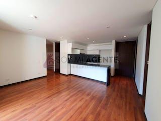 Una cocina con suelos de madera y paredes blancas en Moderno e iluminado apartamento en Cantagallo