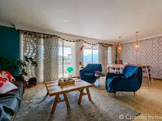 Una sala de estar llena de muebles y una mesa en Apartamento en venta en San Lucas con Jardín...