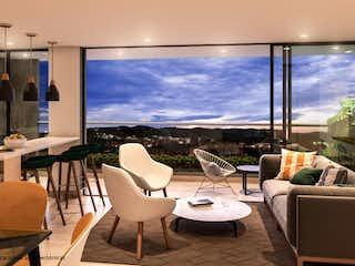 Una sala de estar llena de muebles y una gran ventana en Citadela Di Terra