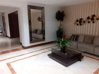 Una sala de estar llena de muebles y una planta en maceta en Apto Venta Chico Navarra.