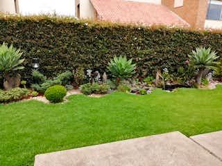 Un jardín con un montón de plantas y flores en Casa en venta en Casco Urbano Chía de 620m² con Jardín...