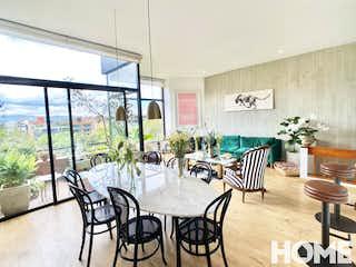 Un comedor con una mesa y sillas en ESPECTACULAR PH CON VISTA AL PARQUE EL VIRREY- 1 ó 2 HABS-VENTA- Cra19 Cll88 -VIRREY