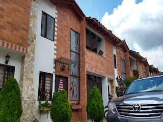 Un edificio con un reloj en el costado en Casa en Venta EL RETIRO