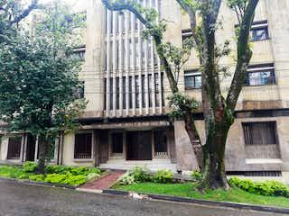 Un gran edificio con un árbol delante de él en Apartamento en Venta PRADO