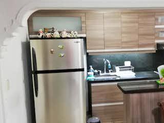 Una cocina con nevera y fregadero en Apartamento en Venta LOS COLORES