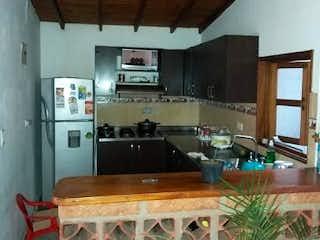 Una habitación con una mesa y sillas en ella en Casa en Venta EL CARMELO