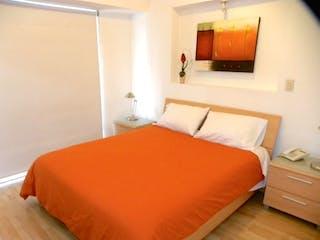 Una gran cama naranja en una habitación de hotel en GRAN DEPARTAMENTO EN VENTA CON TERRAZA Y BALCÓN, EN POLANCO