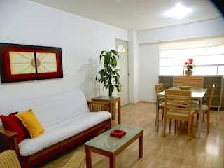 Una sala de estar llena de muebles y una gran ventana en GRAN DEPARTAMENTO EN VENTA CON BALCÓN , EN POLANCO