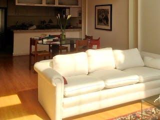 Una sala de estar llena de muebles y una gran ventana en Increíble departamento de 2 niveles en venta en polanco