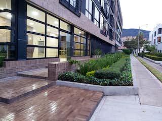 Un banco de madera sentado delante de un edificio en 98386 - APARTAMENTO MODERNO CON BALCON PARA ESTRENAR  EN SANTA BARBARA