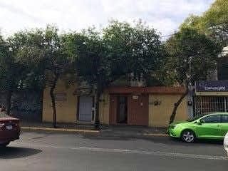 Un coche verde estacionado delante de una casa en Casa en Venta en Xochimilco para remodelar