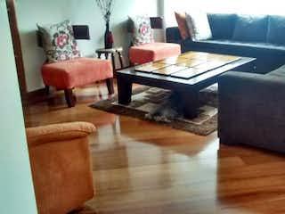 Una sala de estar llena de muebles y una mesa de café en Bosques de Pinos