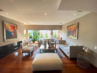 Una sala de estar llena de muebles y una televisión de pantalla plana en Apartamento en venta en Chicó Reservado de 4 hab. con Gimnasio...