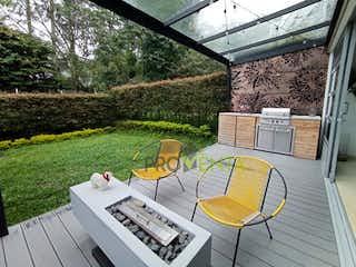 Una silla y una mesa en un patio trasero en Casa en Venta Envigado Loma del Atravesado
