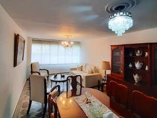 Una sala de estar llena de muebles y una ventana en Venta de Apartamento Conquistadores