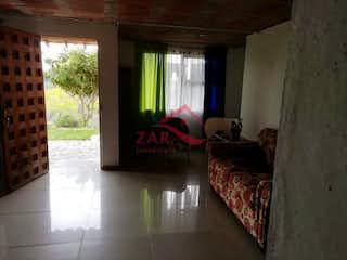Una imagen de una sala de estar con un gran ventanal en Casa-Finca ParaVenta,