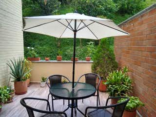 Una mesa que tiene un paraguas en ella en Torres De Montego Piso