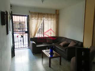 Una sala de estar llena de muebles y una ventana en Casa ParaVenta,
