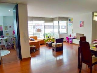 Una sala de estar llena de muebles y una mesa en Venta Apartamento Santa Bárbara 3155687