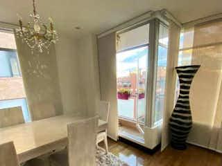Una sala de estar llena de muebles y una chimenea en #1300 🟢ESPECTACULAR APTO EXTERIOR PISO 6 SANTA BARBARA OCCIDENTAL