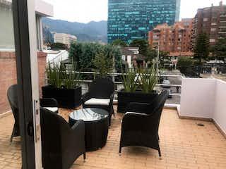 Una sala de estar llena de muebles y una gran ventana en #323 ESPECTACULAR CASA DE 300 M2 CON TERRAZA  EN SANTA PAULA