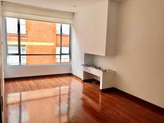 Una sala de estar con suelos de madera y paredes blancas en 🟡VENTA/ARRIENDO EN SANTA BARBARA VICIBOGV/A-99