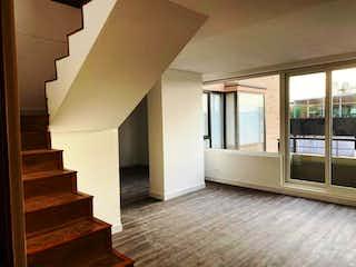 Una sala de estar llena de muebles y un suelo de madera en VENDO FANTASTICO APTO DUPLEX PARA ESTRENAR EN SANTA BARBARA