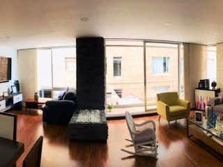 Una sala de estar llena de muebles y una televisión de pantalla plana en VENDO APTO CHICO NAVARRA