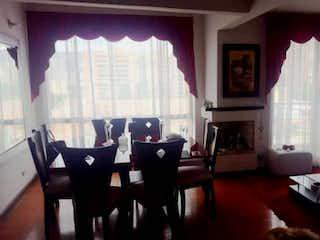 Una sala de estar llena de muebles y una ventana en VENDO APTO GRATAMIRA CLUB HOUSE
