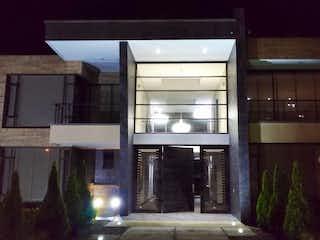 Una vista de un edificio con un reloj en él en Casa Condominio En Venta En Chia San Sebastian