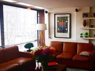 Una sala de estar llena de muebles y una chimenea en VENDO ESTUPENDO APTO DUPLEX EN CHICO NORTE