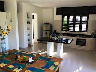 Una sala de estar llena de muebles y una chimenea en Casa en venta en Anapoima de 1700mts