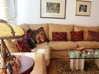 Una sala de estar llena de muebles y un sofá en VENDO CASA EN SUBA LOS NARANJOS