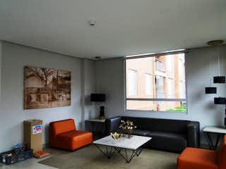 Una sala de estar llena de muebles y una televisión de pantalla plana en VENDO APTO EN SABANA DE LOS CEREZOS