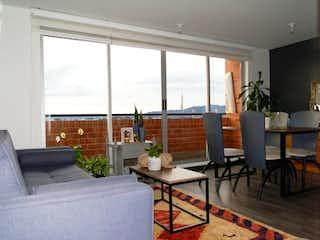 Una sala de estar llena de muebles y una gran ventana en VENDO APTO EN BRISAS DE GRANADA I