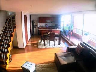 Una sala de estar llena de muebles y un suelo de madera en VENDO APTO BELLA SUIZA TIPO DUPLEX