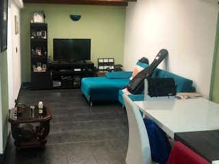 Una sala de estar llena de muebles y una televisión de pantalla plana en VENDO CASA EN CEDRITOS