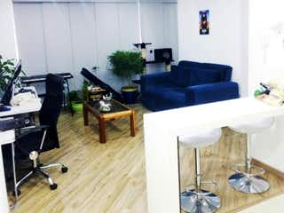 Una sala de estar llena de muebles y una ventana en VENDO APARTAESTUDIO EN SANTA BARBARA