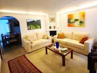 Una sala de estar llena de muebles y una televisión de pantalla plana en VENDO CASA EN CEDRITOS REMODELADA