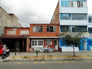Una esquina con un edificio en el fondo en VENDO PROPIEDAD EN KENNEDY SOBRE AVENIDA PRINCIPAL
