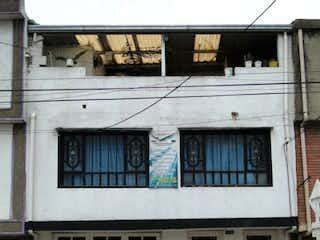 Un edificio que tiene una ventana delante de él en EN VENTA CASA EN FONTIBON DE 3 NIVELES