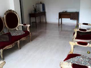 Una sala de estar llena de muebles y una chimenea en VENDO APARTAESTUDIO SAN CRISTOBAL NORTE