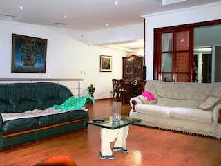 Una sala de estar llena de muebles y un sofá en VENDO CASA COMERCIAL EN CASTILLA 690 MM