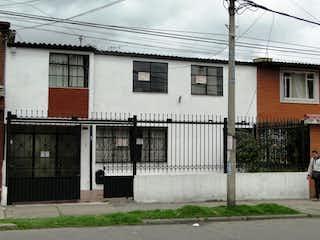 Una foto en blanco y negro de un edificio en VENDO AMPLIA CASA EN EL SOSIEGO 650 MM