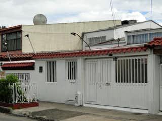 Un edificio blanco con un edificio rojo y blanco en VENDO CASA AMPLIA EN MODELIA
